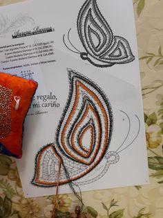 ENCAJERAS DE BOLILLOS DE BENALMÁDENA Bobbin Lacemaking, Crochet Butterfly, Lace Heart, Lace Jewelry, Lace Patterns, Lace Design, Lace Detail, Bobbin Lace, Bobbin Lace Patterns