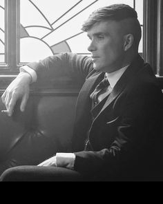 The beautiful Thomas Shelby 💙 Peaky Blinders Tommy Shelby, Peaky Blinders Thomas, Cillian Murphy Peaky Blinders, Thomas Shelby Haircut, Boardwalk Empire, Peaky Blinder Haircut, Murphy Actor, Peaky Blinders Wallpaper, Hip Hop And R&b