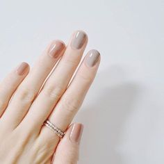 False nails have the advantage of offering a manicure worthy of the most advanced backstage and to hold longer than a simple nail polish. The problem is how to remove them without damaging your nails. Minimalist Nails, Neutral Nail Color, Nail Colors, Neutral Outfit, Beige Nail, Color Nails, Essie, Uñas Fashion, Super Nails