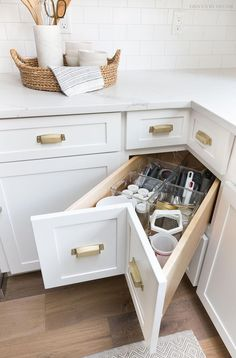 A super smart solution for using the corner space in a kitchen - kitchen corner drawers! Small Kitchen Storage, Kitchen Cabinet Storage, New Kitchen Cabinets, Kitchen Small, Smart Kitchen, Kitchen Sinks, Corner Cabinets, White Cabinets, Kitchen Drawers