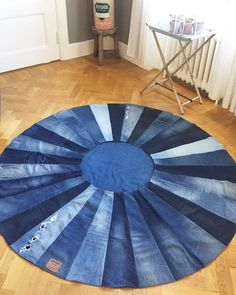 A fresh dose of inspiration with 30 amazing DIY ideas from old jeans Recycling old materials and using them in a new role in your decoration is a good idea. Jean Crafts, Denim Crafts, Denim Quilt Patterns, Denim Quilts, Bag Patterns, Old Jeans Recycle, Denim Wedding, Silverware Holder, Utensil Holder
