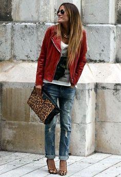 Comprar ropa de este look:  https://lookastic.es/moda-mujer/looks/chaqueta-motera-camiseta-con-cuello-barco-vaqueros-boyfriend-zapatos-de-tacon-cartera-sobre-gafas-de-sol-collar/4855  — Gafas de Sol Negras  — Collar Dorado  — Chaqueta Motera de Cuero Roja  — Camiseta con Cuello Barco Estampada Blanca y Negra  — Cartera Sobre de Cuero de Leopardo Marrón  — Vaqueros Boyfriend Desgastados Azules  — Zapatos de Tacón de Ante de Leopardo Marrón Claro