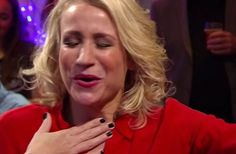 Hilarisch: Dionne Stax krijgt het warm van het borsthaar van Matthijs van Nieuwkerk