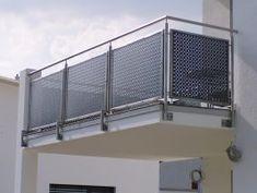Barandilla de chapa perforada en un balcón