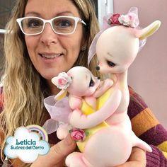 Leticia Suarez Del Cerro (@leticiasuarezdelcerro) • Fotos y videos de Instagram Clay Figurine, Pasta Flexible, Clay Dolls, Sugar Art, Clay Charms, Cold Porcelain, Gum Paste, Creative Crafts, Sculpting