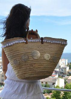 Decorado con piezas de nácar Accessorize Shoes, Diy Sac, Ethnic Bag, Diy Tote Bag, Straw Tote, Jute Bags, Boho Bags, Beach Accessories, Basket Bag