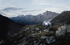 The Cave is the name of the first inflatable tent from HEIMPLANET. All it takes is a pump and in less than a minute your tent will be pitched. Camping Set Up, Camping Needs, Tent Camping, Glamping, 6 Person Tent, Cave, Cool Tents, Dome Tent, Sleeping Under The Stars