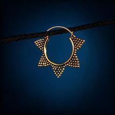 En laiton boucles d'oreilles - laiton cerceaux - Gypsy boucles d'oreilles - Boucles d'oreilles Tribal - boucles d'oreilles ethniques - indienne - tribale créoles - créoles indiennes - déclaration - petite boucle d'oreille - bijoux en laiton - bijoux Tribal - bijoux ethniques - bijoux indiens - petites créoles - boucles d'oreilles courtes   Il sagit vraiment dune singulière conception de boucles doreilles en laiton. Ce travail de joaillerie est fabriqué avec une absolue attention aux détails…