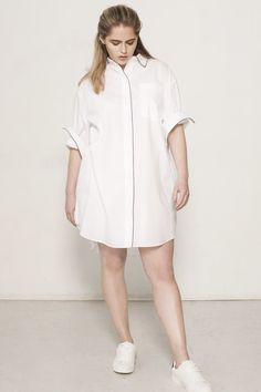 Find out about the best plus-size and inclusive-size clothing brands that are making minimalist, fashionable, and high-quality clothes. Affordable Plus Size Clothing, Plus Size Womens Clothing, Plus Size Outfits, Plus Size Tips, Plus Size Chic, Scandinavian Fashion, Plus Size Shirts, Plus Size Shirt Dress, Plus Size Kleidung