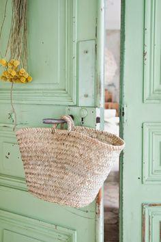 Mint Door, love it! Mint Door, Verde Aqua, Verde Vintage, Mint Green Aesthetic, Deco Luminaire, Mint Blue, Home Interior, Country Decor, Pantone