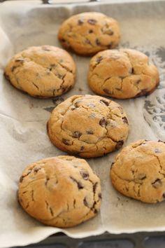 Chocolate Chip Cookies from Levain Bakery New York Cinnamon Recipes, Kosher Recipes, Baking Recipes, Cookie Desserts, Cookie Recipes, Levain Cookies, Gluten Free Chocolate Chip Cookies, Chocolate Chips, Chocolate Cake