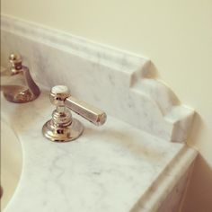 Bathroom Vanity - Curved Design Detail with Ogee Edge on Marble Backsplash (image via The Granite Gurus) Vanity Backsplash, Beadboard Backsplash, Herringbone Backsplash, Backsplash Ideas, Rustic Backsplash, Copper Backsplash, Travertine Backsplash, Kitchen Backsplash, Chic Bathrooms
