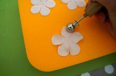 Petal Ruffle Tutorial | PartyAnimalOnline Cake Decorating Techniques, Cake Decorating Tutorials, Ruffle Cake Tutorial, Fondant Ruffles, Blackberry Cake, Pretty Wedding Cakes, Icing Tips, Christmas Cupcakes, Elegant Cakes