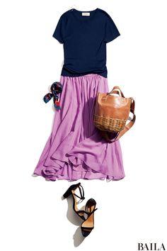 ʚෆ⃛ɞ きれいめスカートを休日はくなら、カジュアルなネイビー半袖ニットで抜け感を。青みピンクの揺れスカートなら、歩くたびに風をはらんで涼しげな雰囲気。色味もネイビーとマッチしやすく、甘すぎないスタイルになります。足元にサンダルを履くなら、華奢ストラップを選んで、女っぽさ足しを。スカーフを・・・