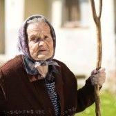 El personaje: la esposa de Indalecio tiene pelo gris en una pañuelo grande. Ella es vieja y cansada.