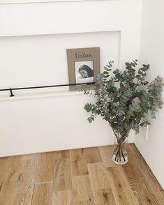 色々なインテリアに似合うユーカリ♡ユーカリを素敵に飾ってみよう | folk Flower Vases, Flower Arrangements, Interior Photo, Interior Design, Hanging Flower Wall, Display Design, Green Life, Cafe Design, Green Flowers