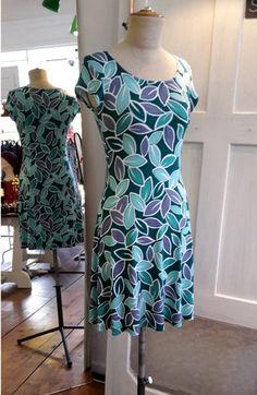 glockiges Kleid aus Jersey bedruckte Baumwolle grün lila Blätter