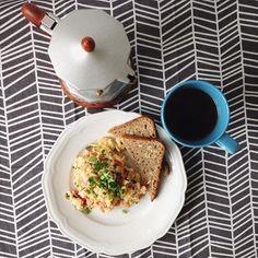Dzień dobry! Dzisiaj czas na wszystko, na co normalnie czasu brakuje - długie spanie, jajecznica i kawa z kawiarki ☕️ Odpoczywamy, zero planów, nareszcie 💞 Jutro przyjeżdża Mama i spędzimy sobie razem Weekend Matki 😉 #sniadanie #jajecznica #kawa #kawiarka #wolne #weekend #dlugiweekend #dzienmatki #milegodnia #breakfast #eggs #scrambledeggs #coffee #freetime #freeday #flatlay #food #foodblogger #blogger #foodblog #polskadziewczyna #polishgirl #twobrokesisters #healthyfood #healthyeating