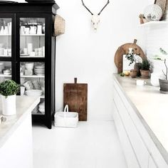 It is easier than you think to take your kitchen from builder grade to gorgeous on a budget! These kitchen makeover secrets will save you money and give you great ideas! Kitchen Dinning, Rustic Kitchen, Küchen Design, Interior Design, Cosy Room, House Ideas, Love Your Home, White Rooms, Kitchen Layout