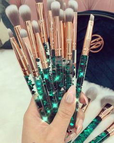 Our luxurious Emerald Brush set comes with 7 high quality makeup brushes, a Precision Blending sponge, as well as a huge fully customised makeup bag! Best Makeup Brushes, Makeup Brush Set, Makeup Kit, Skin Makeup, Best Makeup Products, Beauty Makeup, Makeup Ideas, Unicorn Makeup, Makeup Essentials