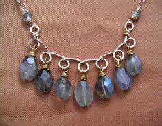 Labradorite Necklace Gold Curved Bar Wire por BellantiJewelry