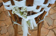 Uma ideia é enfeitar cadeiras do dia a dia com tecido branco e incrementá-las com simples ramos de flores, também brancas
