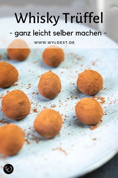 Whisky Trüffel selber machen Whiskey truffles are easy to make themselves and are a great gift idea for a loved one on a birthday, Easter, Mother's or Father's Day, Valentine's Day or Christmas. Here's the recipe … Whisky, Sweet Bread Meat, Vegetable Drinks, Food Menu, Bread Baking, Food Inspiration, Beef Recipes, Easy Meals, Dessert Recipes