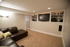 sobere tv room, witte plafond