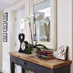 Entry hall table and mirror country hallway hallway decorating ideas Decoration Hall, Decoration Pictures, Decoration Crafts, Table Decorations, Rustic Console Tables, Hall Tables, Rustic Table, Hallway Console Table, Rustic Hallway Table