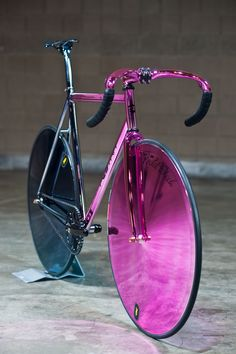 I don't know how practical this would be for real riding, but damn, it'sGORGEOUS!  (Mlle. Ginger Bicyclette, I still love you and will always ride you, I am just admiring other bicycles.)