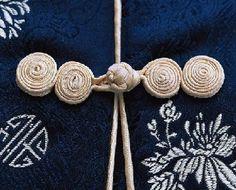 Hacer botones con tiras de tela para prendas y bolsos | El blog de trapillo.com