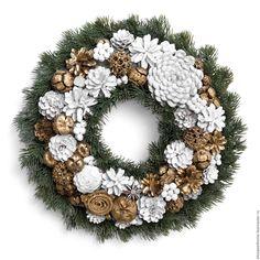 """Купить Рождественский венок """"Мороз и солнце"""" - комбинированный, белый, золотой, белый золотой, зеленый, шишки"""