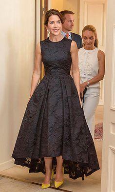 BLACK ROYAL FASHION Crown Princess Mary of Denmark wore the popular H&M dress to the Copenhagen Fashion Summit on Thursday. Royal Dresses, Mob Dresses, Fashion Dresses, Bridesmaid Dresses, Oscar Dresses, Wedding Dresses, Affordable Dresses, Elegant Dresses, Pretty Dresses