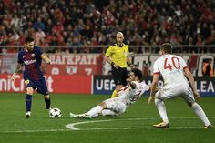 Barcelona's Argentinian forward Lionel Messi (L) kicks the ball next to Olympiakos' Spanish defender Alberto Botia (C) and Olympiakos' Belgian defender Bjorn Engels (R) during the UEFA Champions League group D football match between FC Barcelona and Olympiakos FC at the Karaiskakis stadium in Piraeus near Athens on October 31, 2017.  / AFP PHOTO / ARIS MESSINIS - 42 of 90