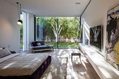 Projeto do escritório israelense Pitsou Kedem Architects, a Casa F foi feita para impressionar. Localizada em um terreno de cerca de 2.000 m², a fachada voltada para a rua caracteriza-se por um impressionante monólito negro. Leia + no site!
