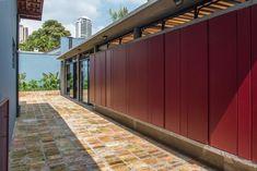 Casa Azul   Galeria da Arquitetura Estilo Tropical, Interior Exterior, Garage Doors, Outdoor Decor, Home Decor, Timber Deck, Red Cabinets, Lighting Design, Blue Home