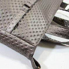 Charlotta+šedostříbrná+Elegantní+kabelka,jednoduchého+střihu+pro+každodenní+využití+ušitá+ze+strukturované+šedostříbrné+koženky+v+bokách+je+všitý+díl,který+dělá+kabelku+prostornou+vyztužená,drží+tvar+a4+se+vejde+zapínání+na+zip+kabelka+má+ucha+do+ruky+a+odepínací+posunovatelný+popruh+uvnitř+jedna+zipová+kapsa+na+jedné+straně+na+druhé+straně+dvě...