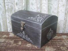 Baú em MDF, com estampada em relevo na cor prata envelhecida. Pode ser utilizado como caixa para presente ou como porta objetos.  Excelente opção para decorar a casa ou presentear.    Obs.: produto sob encomenda, condicionado à disponibilidade de matéria-prima. Pode ser produzido em outras cores ...