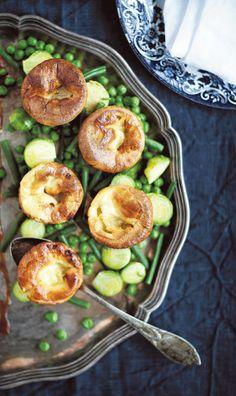 4 kananmunaa 1½ dl maitoa 1½ dl vettä noin 4 dl (250 g) vehnäjauhoja 1 tl suolaa 1 dl silavaa tai rypsiöljyä  8–10 foliomuffinivuokaa  Tarjoiluun: ruusukaaleja, herneitä ja vihreitä papuja  Lämmitä uuni 225-asteiseksi. Vatkaa munat kevyeksi vaahdoksi käsin. Yorkshire, Food, Essen, Meals, Yemek, Yorkshire Terrier Puppies, Eten
