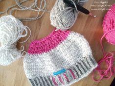 Crochet reflex messy bun beanie with fleece lining and ribbed edge #crochet #fleece #lining  #ribbed #surfacecrochet #surfacepattern  #nordic #design #apparel #handmade #messybun #beanie #lue #mössa #crocheting #pattern #winterfashion #sportswear #viking #reflexgarn #reflection #safety #visiblewomen