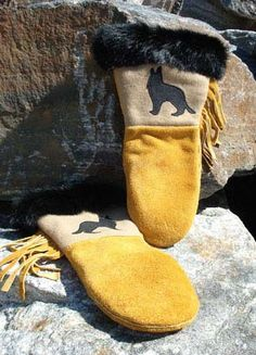 Fur Trimmed Moosehide Mitts - Wolf with Black Fur Loom Knitting Patterns, Free Knitting, Knitting Tutorials, Hat Patterns, Stitch Patterns, Minecraft Knitting, Inuit Clothing, Fur Goods, Leather Projects