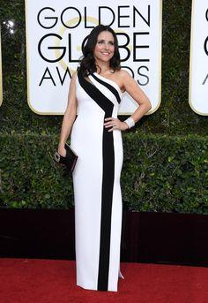 Looks Golden Globes 2017 – Red Carpet Globo de Ouro | Julia Louis elegante de preto e branco Georges Chakrahttp://modaefeminices.com.br/2017/01/08/looks-golden-globes-2017-red-carpet-globo-de-ouro/