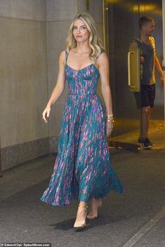 Annabelle Wallis looks stunning in a flowing pleated maxi dress The Loudest (Voice) style! Annabelle Wallis looked stunning in a flowing pleated dress as . Beautiful Dresses, Nice Dresses, Maxi Dresses, 1950s Dresses, Vintage Dresses, Vogue Fashion, Club Fashion, 1950s Fashion, Summer Dress Outfits