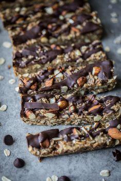 Homemade healthy no bake peanut butter granola bars will be your new favori Granola Bars Peanut Butter, Peanut Butter Snacks, Chewy Granola Bars, Healthy Sweet Treats, Healthy Desserts, Healthy Recipes, Sweet Recipes, Whole Food Recipes, Crockpot