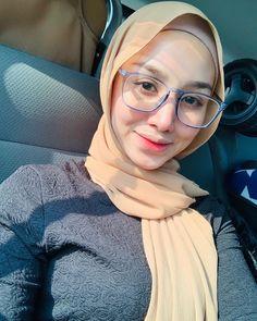 "Founder Elf Secret Empire on Instagram: ""Panas cing cingg 🤓"" Beautiful Hijab Girl, Beautiful Muslim Women, Hijab Fashionista, Beau Hijab, Girl Hijab, Hijab Chic, Muslim Girls, Asian Beauty, Arabic Beauty"