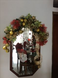 Ideas for decorating mirrors at Christmas - Dale Details Christmas Doorway Decorations, Christmas Swags, Outdoor Christmas, Christmas Art, Simple Christmas, Christmas Themes, Holiday Decor, Christmas Wonderland, Ideas Aniversario