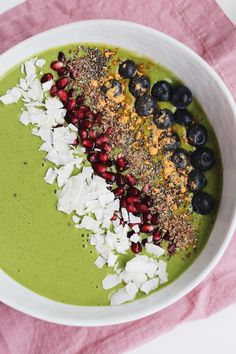 Making a Matcha Smoothie Bowl is easy! This version is fruity, refreshing, and spiked with a boost of energy to start your day right! Floral, sweet honey balances the earthy matcha in this creamy bowl. Matcha Smoothie, Smoothie Bowl, Smoothie Recipes, Healthy Smoothies, Salmon Foil Packets, How To Make Matcha, Tapas Party, Honey Mustard Sauce, Infused Water Recipes