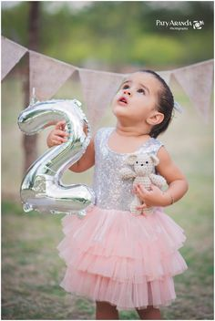 Foto infantil tomada al aire libre en León, Gto. Second Birthday Pictures, 2 Year Old Birthday Party Girl, Little Girl Photography, Girl Photo Shoots, 2 Year Anniversary, Baby Photo Shoots, Mother Daughter Photography, 2 Year Pictures, 2nd Birthday Photos