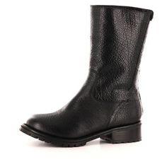 En lekker, halvhøy vinterstøvlett i svart skinn fra Sapatos. Med mykt og deilig lammeullsf...