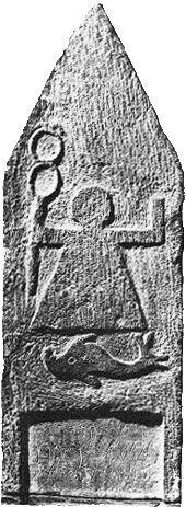 Estela púnico-fenicia. Tanit con caduceo. Debajo delfín. Constantina, siglo III a. C.